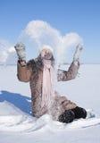 Muchacha adolescente que juega con nieve Foto de archivo