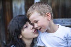 Muchacha adolescente que juega con su hermano menor al aire libre Famelie Imagen de archivo libre de regalías