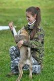 Muchacha adolescente que juega con un perrito Fotos de archivo libres de regalías