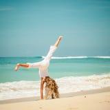 Muchacha adolescente que juega en la playa Imagenes de archivo