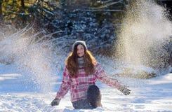 Muchacha adolescente que juega en nieve Imagen de archivo libre de regalías