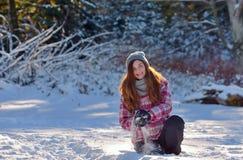 Muchacha adolescente que juega en nieve Fotografía de archivo libre de regalías