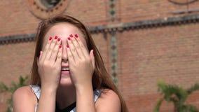 Muchacha adolescente que la cubre ojos Fotografía de archivo libre de regalías