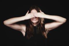 Muchacha adolescente que la cubre ojos en negro Fotografía de archivo