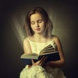Muchacha adolescente que lee el libro. Educación Fotos de archivo