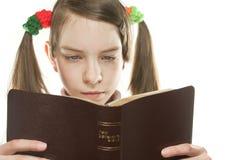 Muchacha adolescente que lee la biblia Foto de archivo libre de regalías