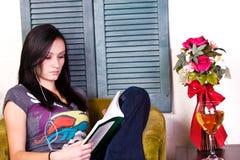 Muchacha adolescente que lee un libro Imágenes de archivo libres de regalías