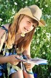 Muchacha adolescente que lee un libro Foto de archivo libre de regalías