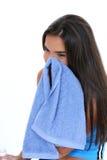 Muchacha adolescente que limpia la cara después de entrenamiento Foto de archivo libre de regalías