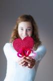Muchacha adolescente que lleva a cabo corazones Imagenes de archivo