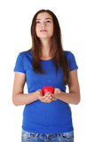 Muchacha adolescente que lleva a cabo el corazón rojo Fotografía de archivo