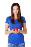 Muchacha adolescente que lleva a cabo el corazón rojo. Fotos de archivo