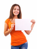 Muchacha adolescente que lleva a cabo la muestra en blanco Imagen de archivo libre de regalías