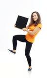 Muchacha adolescente que lleva a cabo la muestra en blanco Imagenes de archivo