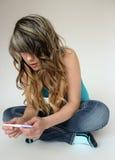 Muchacha adolescente que lleva a cabo una prueba de embarazo Imagen de archivo libre de regalías