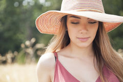 Muchacha adolescente que lleva un sombrero Foto de archivo libre de regalías