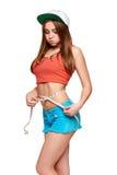 Muchacha adolescente que mide su cintura con la cinta de la medida Imágenes de archivo libres de regalías