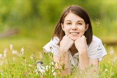 Muchacha adolescente que miente en hierba Fotos de archivo libres de regalías