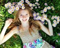 Muchacha adolescente que miente en hierba Imagenes de archivo