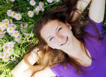 Muchacha adolescente que miente en hierba Foto de archivo