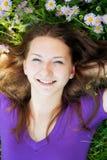 Muchacha adolescente que miente en hierba Fotografía de archivo