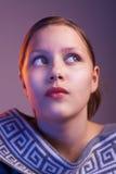Muchacha adolescente que mira para arriba con el interés, retrato Imagen de archivo