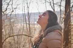 Muchacha adolescente que mira para arriba el cielo Birdwatching Fotografía de archivo libre de regalías