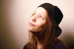 Muchacha adolescente que mira para arriba y que sonríe Fotografía de archivo libre de regalías