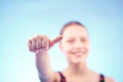Muchacha adolescente que muestra como Fotografía de archivo libre de regalías