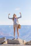 Muchacha adolescente que muestra la victoria delante del barranco Fotografía de archivo libre de regalías