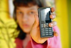 Muchacha adolescente que muestra su teléfono móvil Fotos de archivo