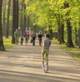 Muchacha adolescente que patina en parque en primavera Fotos de archivo libres de regalías