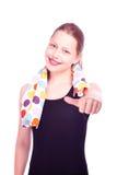 Muchacha adolescente que permanece con la toalla Fotografía de archivo libre de regalías