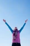 Muchacha adolescente que permanece con las manos levantadas Foto de archivo libre de regalías
