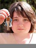 Muchacha adolescente que pide conducir Foto de archivo libre de regalías