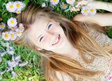 Muchacha adolescente que pone en hierba Imagen de archivo libre de regalías