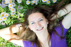Muchacha adolescente que pone en hierba Fotos de archivo libres de regalías