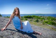 Muchacha adolescente que presenta en costa sueca Foto de archivo libre de regalías