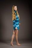 Muchacha adolescente que presenta en suéter Imágenes de archivo libres de regalías