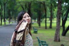 Muchacha adolescente que recorre en el parque Imagen de archivo libre de regalías