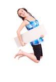 Muchacha adolescente que salta con la tarjeta en blanco Imágenes de archivo libres de regalías