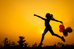 Muchacha adolescente que salta en la naturaleza Imagen de archivo libre de regalías