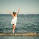 Muchacha adolescente que salta en la playa Imágenes de archivo libres de regalías