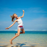Muchacha adolescente que salta en la playa Fotos de archivo libres de regalías