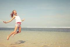 Muchacha adolescente que salta en la playa Imagenes de archivo