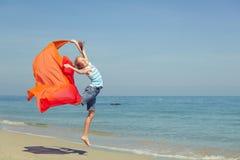 Muchacha adolescente que salta en la playa Fotografía de archivo libre de regalías