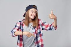 Muchacha adolescente que señala abajo en el espacio vacío de la copia Foto de archivo libre de regalías