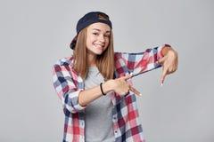 Muchacha adolescente que señala abajo en el espacio vacío de la copia Fotografía de archivo libre de regalías