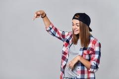 Muchacha adolescente que señala abajo en el espacio vacío de la copia Fotos de archivo libres de regalías