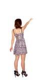 Muchacha adolescente que señala en algo. Vista posterior. Fotos de archivo